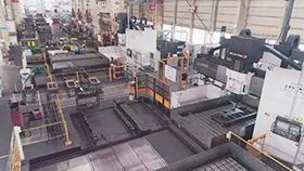 金型工場に大形5面加工機械が立ち並ぶ